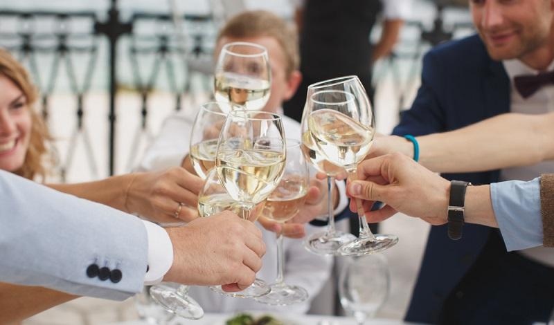 Lebenslanges Lernen bleibt natürlich Pflicht für Weinexperten wie für die meisten übrigen Arbeitnehmer. Die Nachfrage dürfte nach oben gehen und zu einer guten Beschäftigungslage bei Weinkellnern führen. (#3)