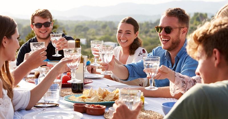 Denn wird die Schulung mit einer Reise verknüpft, herrscht Urlaubsfeeling, jeder ist entspannt und nach Feierabend können alle zusammen die Gegend erkunden und feiern, was den Zusammenhalt bei Firmenschulungen stark verbessern kann.